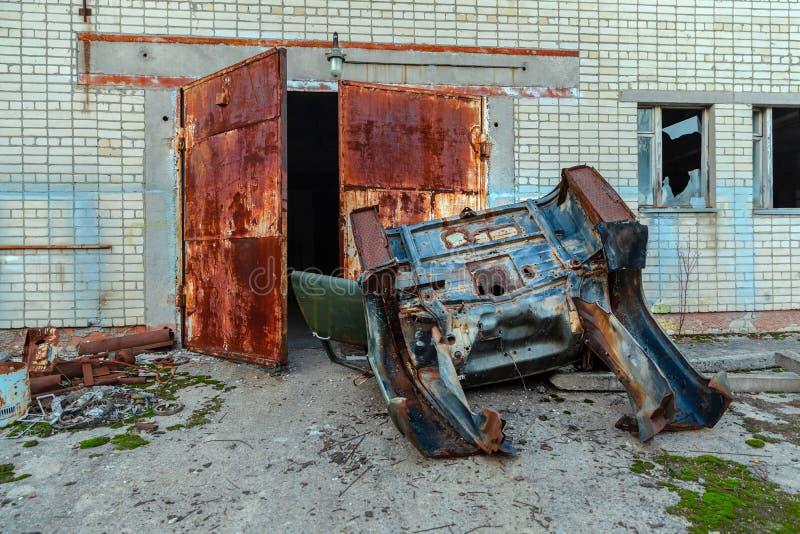 Verlaten buiten verlaten vrachtwagen stock afbeeldingen