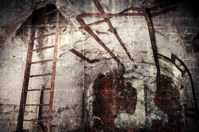 Verlaten bunkerbinnenland met geroeste bouw stock foto's