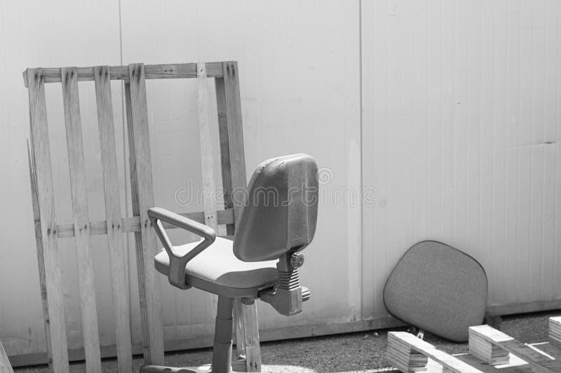 Verlaten bureaustoel op de straat stock foto
