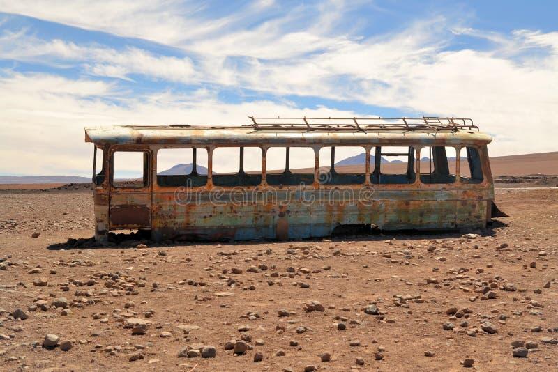 Verlaten bus in de woestijn royalty-vrije stock afbeeldingen