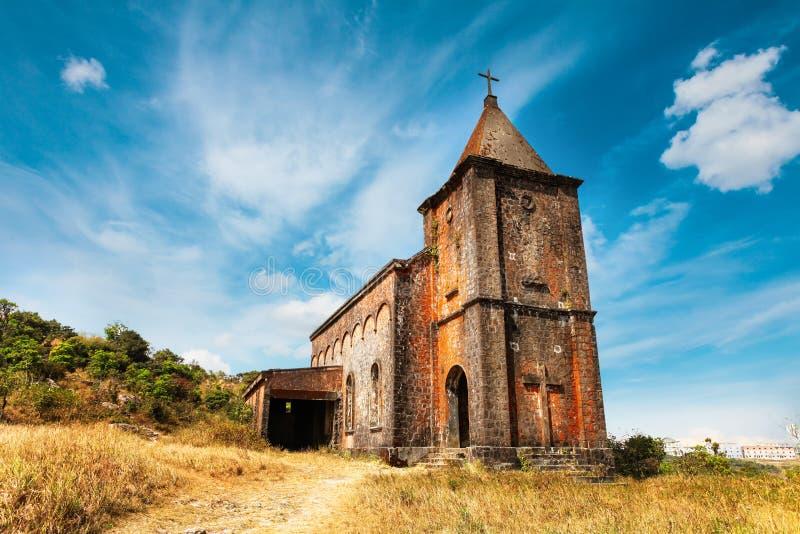 Verlaten christelijke kerk bovenop Bokor-berg in het nationale park van Preah Monivong, Kampot, Kambodja stock afbeelding