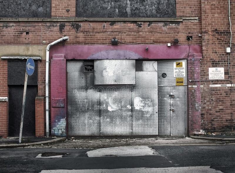 Verlaten verlaten commercieel eigendom die op vernieling wachten stock afbeelding