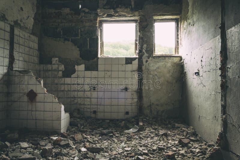 Verlaten de bouw stedelijke exploratie, Zonstralen die neer op Flor in oud achtergelaten huis vallen Urbex van griezelige oude fa stock afbeelding
