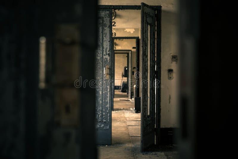 Verlaten deurbinnenland stock foto