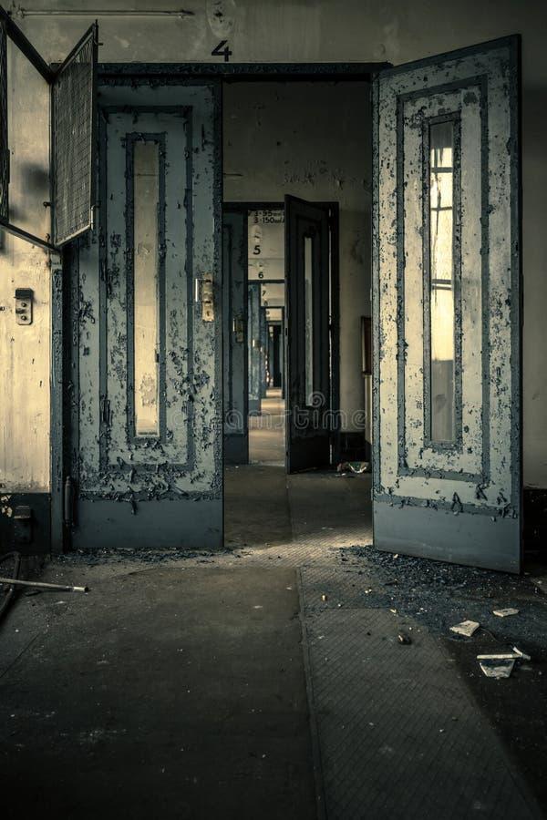 Verlaten deurbinnenland stock afbeelding