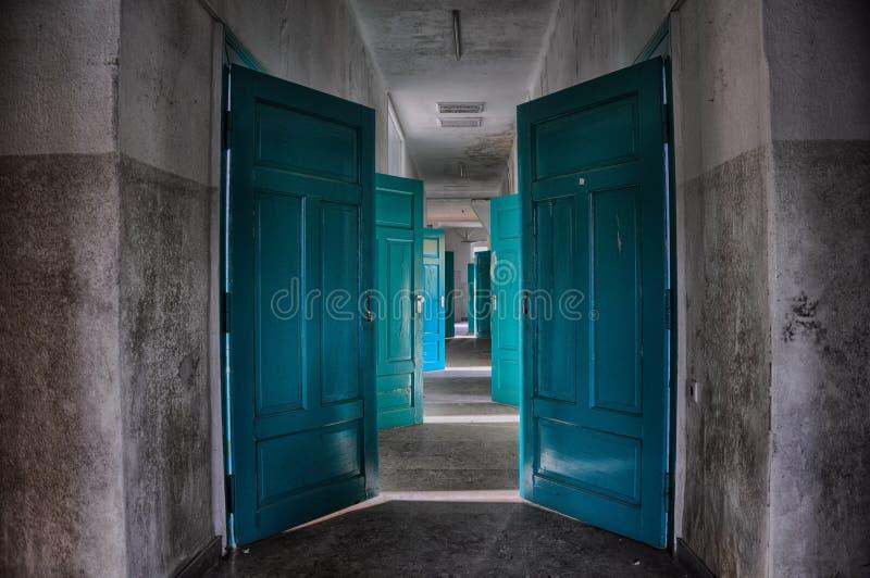 Verlaten deuren, kleurrijke deur in de verlaten bouw, het sterven het ziekenhuis stock afbeeldingen