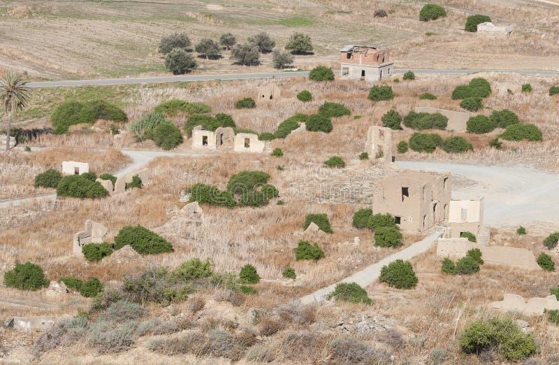 Verlaten dorp met verlaten en doen ineenstorten huizen royalty-vrije stock afbeelding