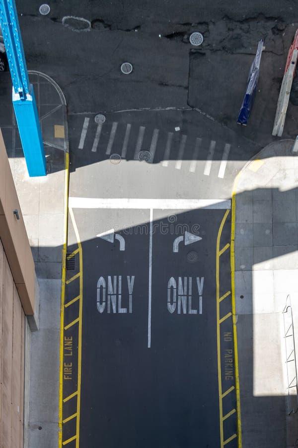 Verlaten draai en juiste slechts straatnoteringen op een de Stadsstraat van New York in Bronx, NYC, de V.S. stock afbeeldingen