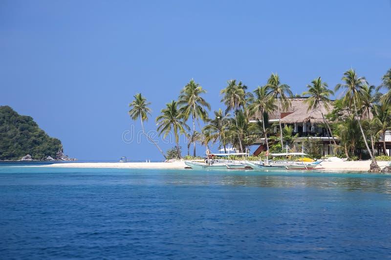 Verlaten eiland met palmen en een huis in het overzees, Gr Nido, Palawan-eiland, Palawan-provincie, Filippijnen stock fotografie