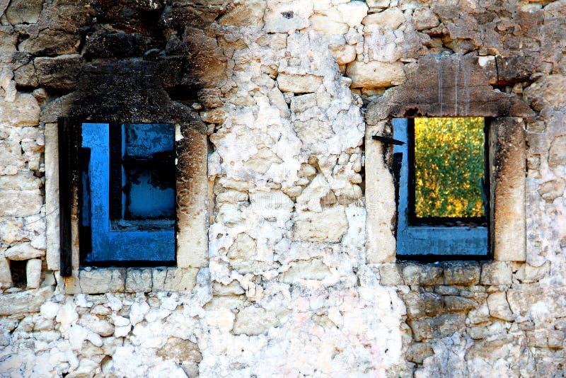 Verlaten en geruïneerd huis stock foto