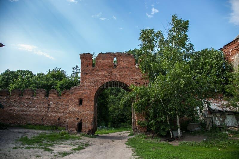 Verlaten en overwoekerde gateway van rode baksteen aan de vroegere manor van Kikin Ermolov ` s, Ryazan gebied, Rusland stock fotografie
