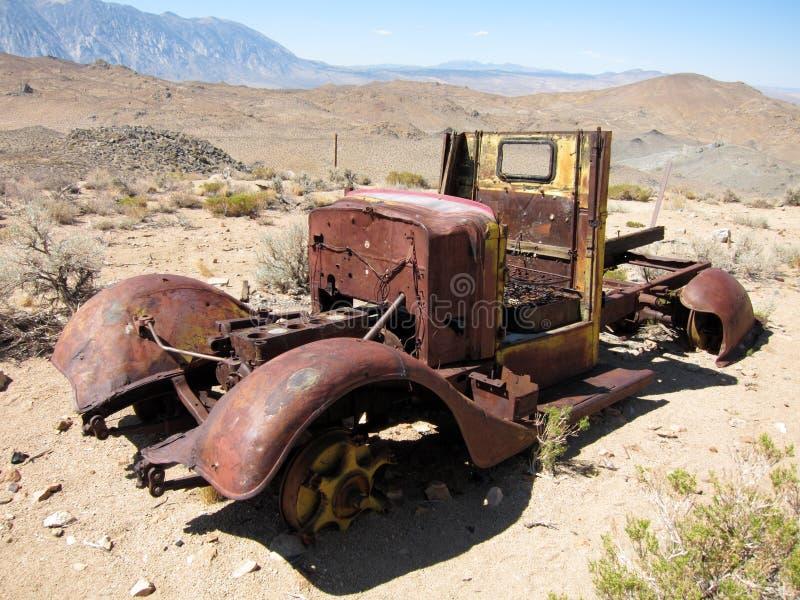 Verlaten en roestige auto stock foto's