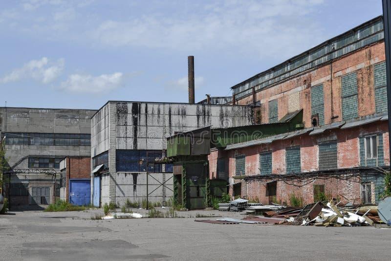 Verlaten fabriek Industriële gebouwen van de Sovjetperiode Rusland royalty-vrije stock foto