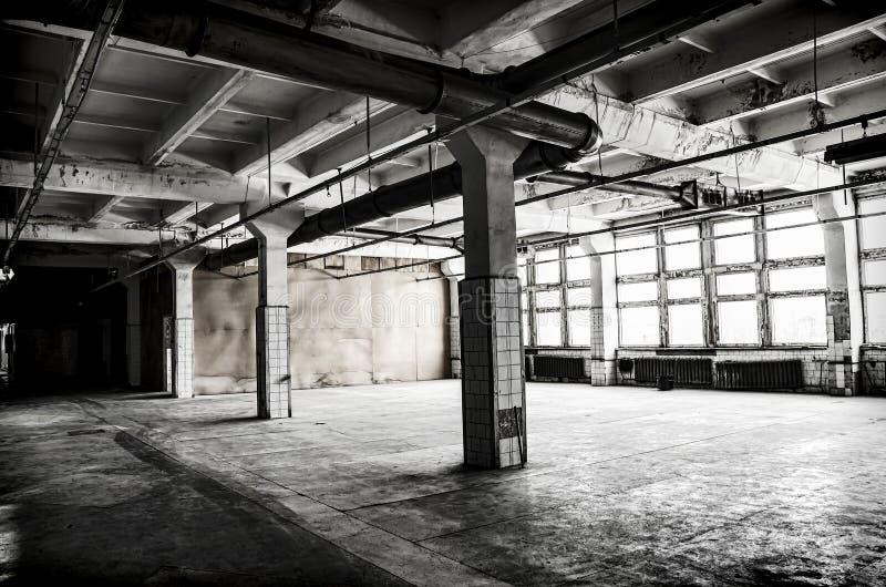 Verlaten fabriekszaal royalty-vrije stock afbeeldingen