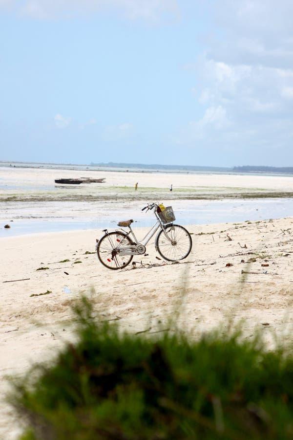 Verlaten Fiets op een Strand in Zanzibar stock afbeelding