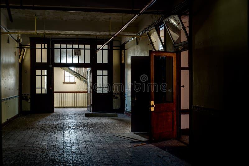 Verlaten Gang - Verlaten Heilige Philomena School, Oost-Cleveland, Ohio stock foto's