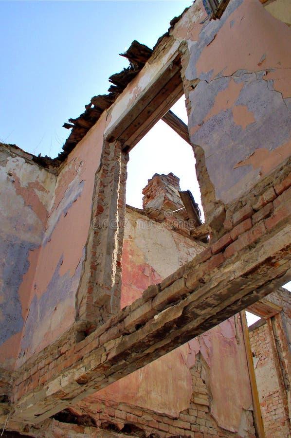 Verlaten gebombardeerd huis stock foto