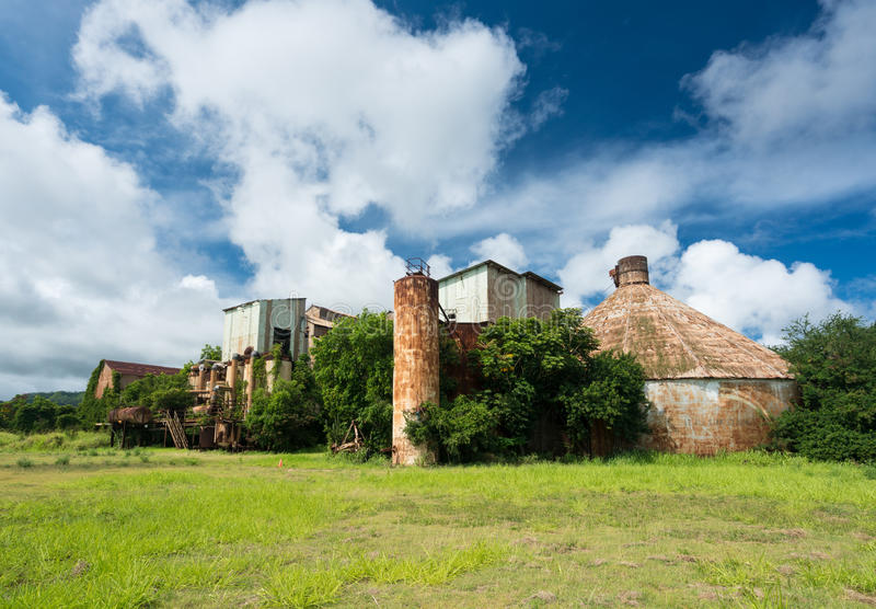 Verlaten gebouwen bij oude suikermolen in Koloa Kauai stock foto