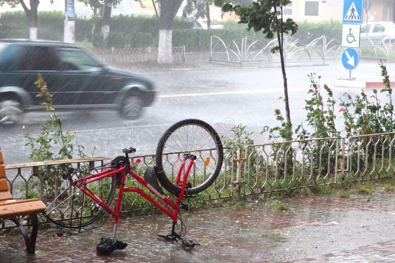Verlaten gebroken fiets in de regen royalty-vrije stock afbeeldingen