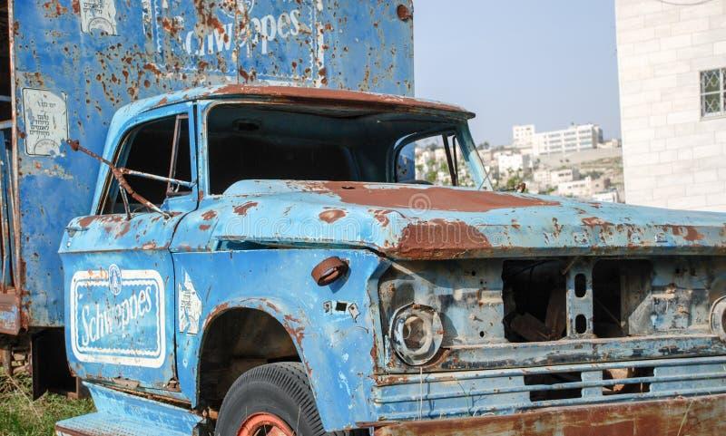 verlaten geroeste vrachtwagen op autokerkhof in Hebron royalty-vrije stock afbeelding