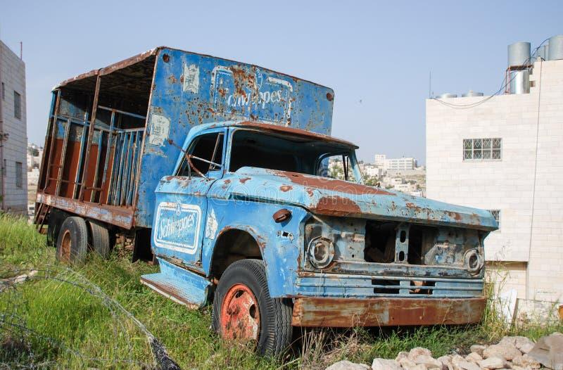 verlaten geroeste vrachtwagen op autokerkhof in Hebron royalty-vrije stock foto