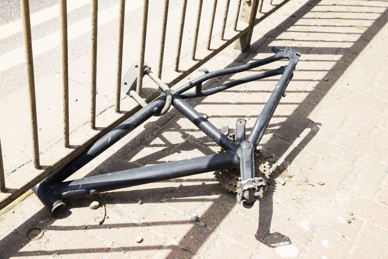 Verlaten gestolen fietskader stock afbeelding