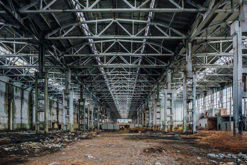 Verlaten grote industriële zaal met huisvuil Voronezhgraafwerktuig productiefabriek stock foto's