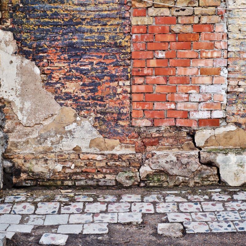 Verlaten grunge gebarsten bakstenen muur royalty-vrije stock afbeelding