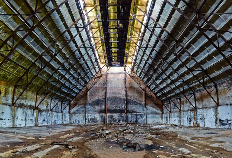 Verlaten hangaar royalty-vrije stock foto