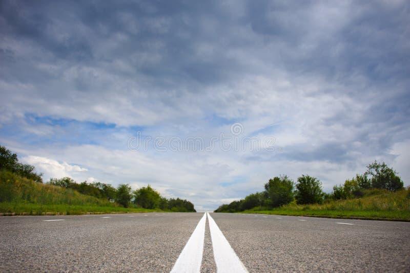 Verlaten het asfaltweg van het land stock foto's