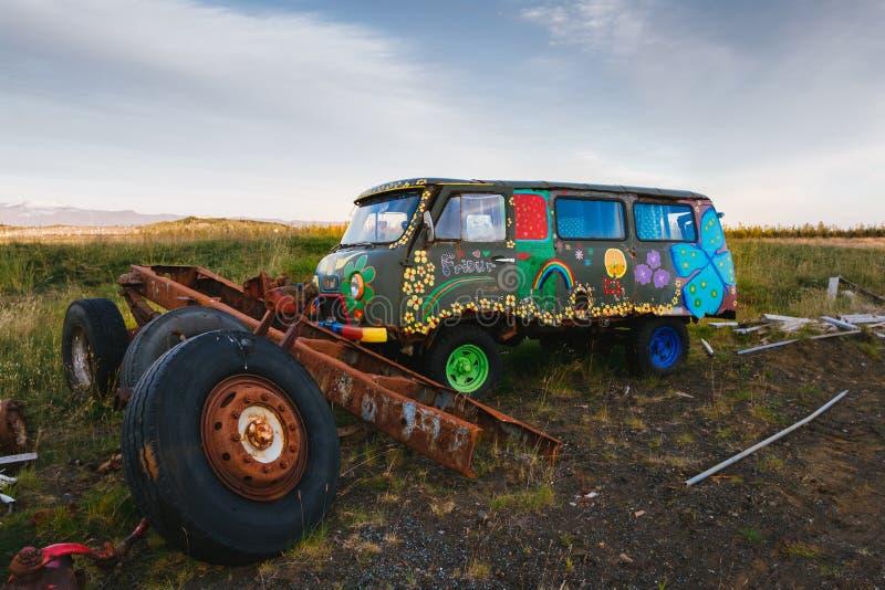 Verlaten hippiebestelwagen stock afbeelding