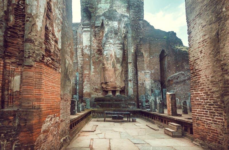 Verlaten historisch standbeeld van bevindende Boedha zonder hoofd Unesco-de plaats van de werelderfenis van Polonnaruwa, Sri Lank royalty-vrije stock afbeeldingen