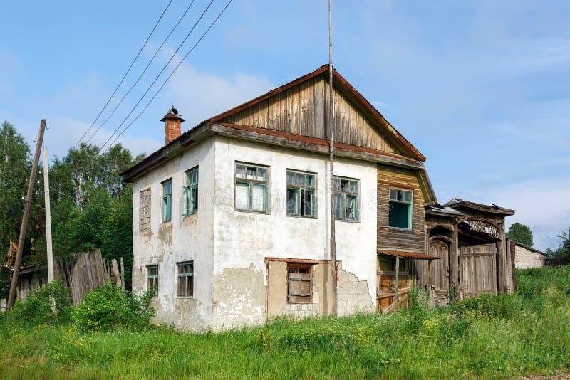 Verlaten historisch woonhuis Dorp van Visim, het gebied van Sverdlovsk, Oeralgebergte, Rusland stock foto's