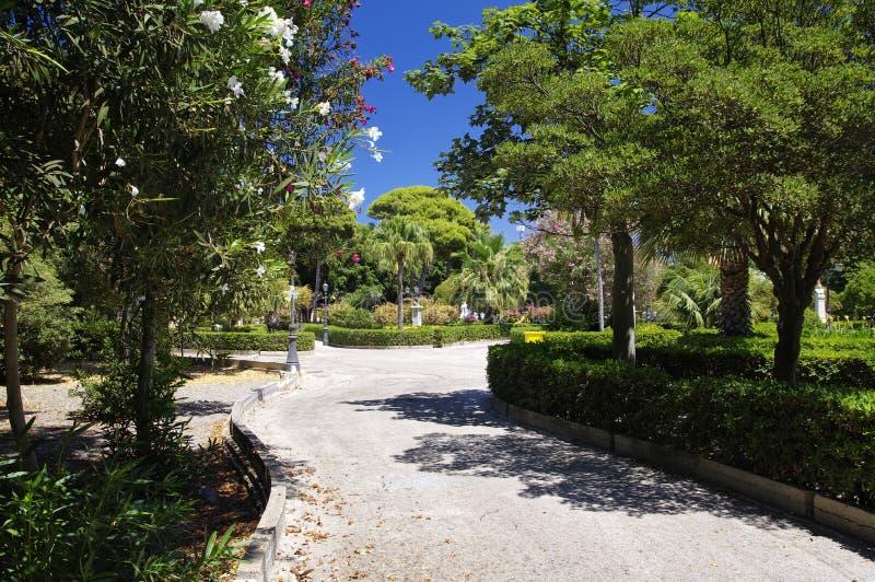 Verlaten hoofdpark in het centrum van Trapan in de hoge middag, Sicilië, Italië royalty-vrije stock afbeeldingen