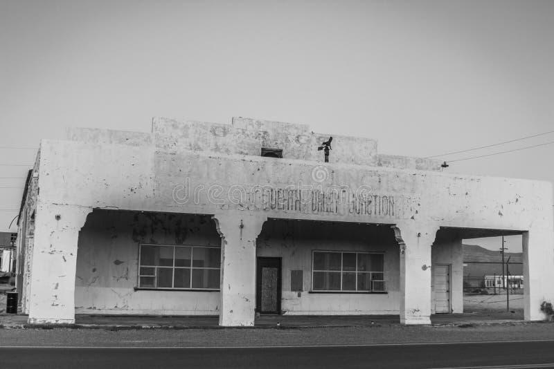 Verlaten hotel in het Nationale Park van de Doodsvallei, Californië stock afbeelding