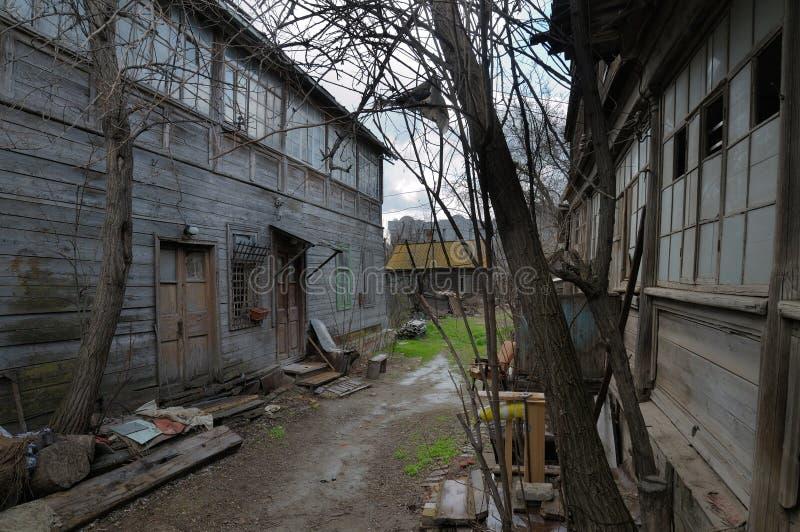 Verlaten houten huisvesting, de oude werf Noodsituatiehuisvesting royalty-vrije stock foto's
