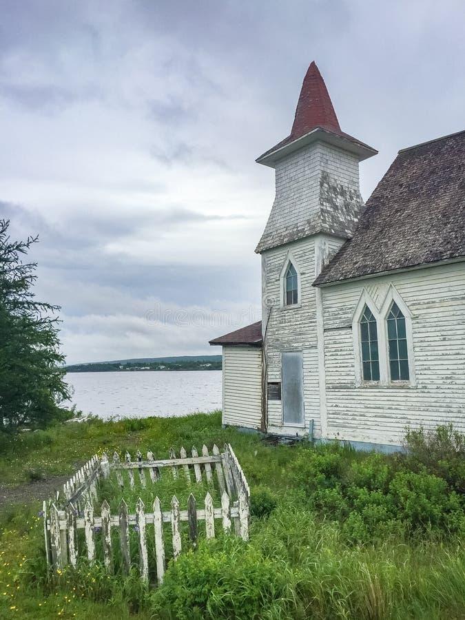Verlaten houten kerk met klein kerkhof royalty-vrije stock afbeelding