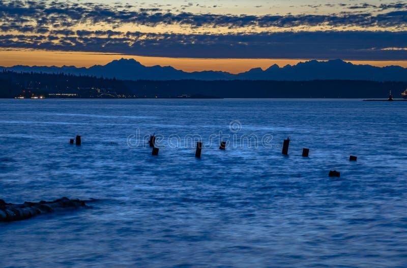 verlaten houten pijlers in de baai van Tacoma stock afbeelding