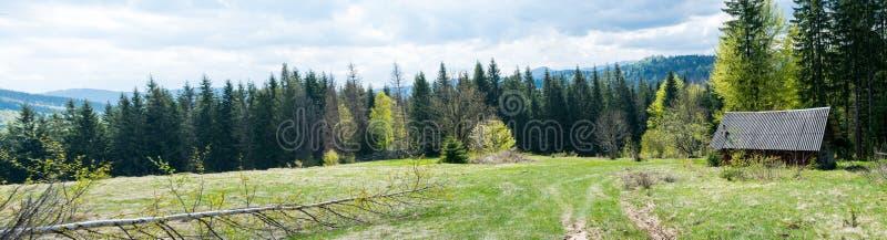 Verlaten huis in bergen Breed panorama stock foto