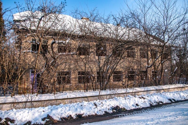 Verlaten huis in de sneeuw stock afbeelding