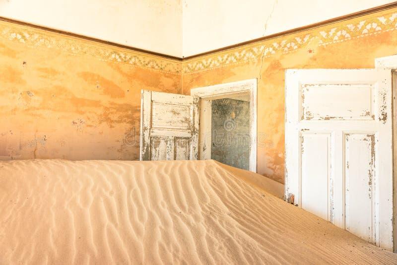 Verlaten huis in de spookstad van Kolmanskop in Namibië stock afbeelding