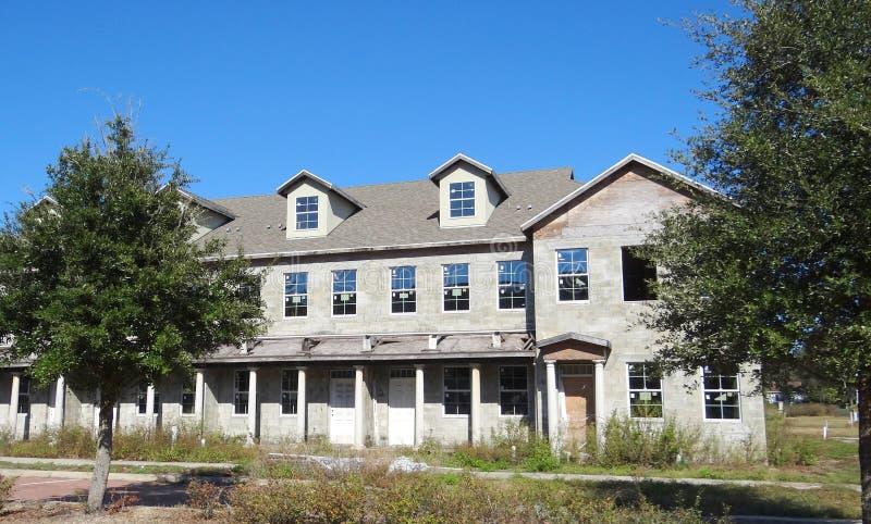 Verlaten huis in de stad royalty-vrije stock afbeelding