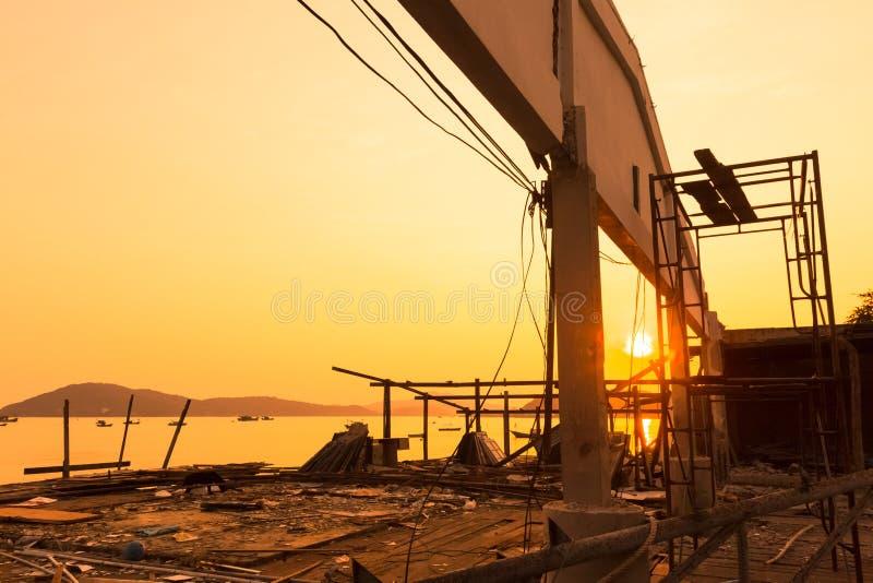Verlaten huis dichtbij het overzees en hout ter plaatse met zonsondergang royalty-vrije stock foto