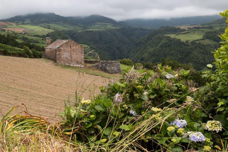 Verlaten huis in een bergenvallei stock afbeeldingen