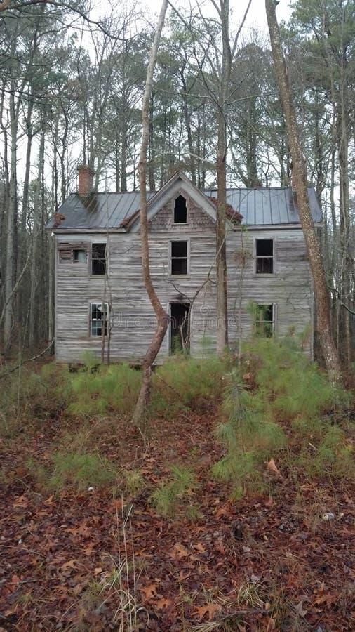 Verlaten huis in het hout royalty-vrije stock afbeeldingen