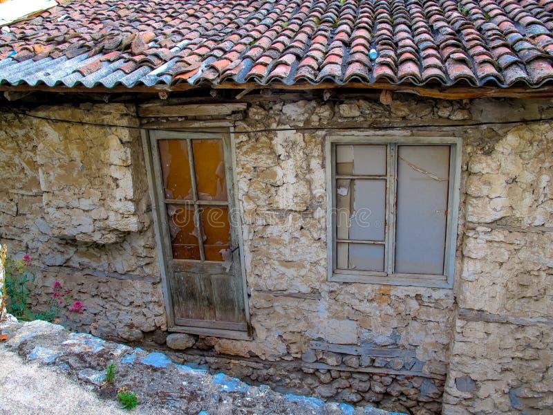 Verlaten huis met ingescheept op venster stock foto