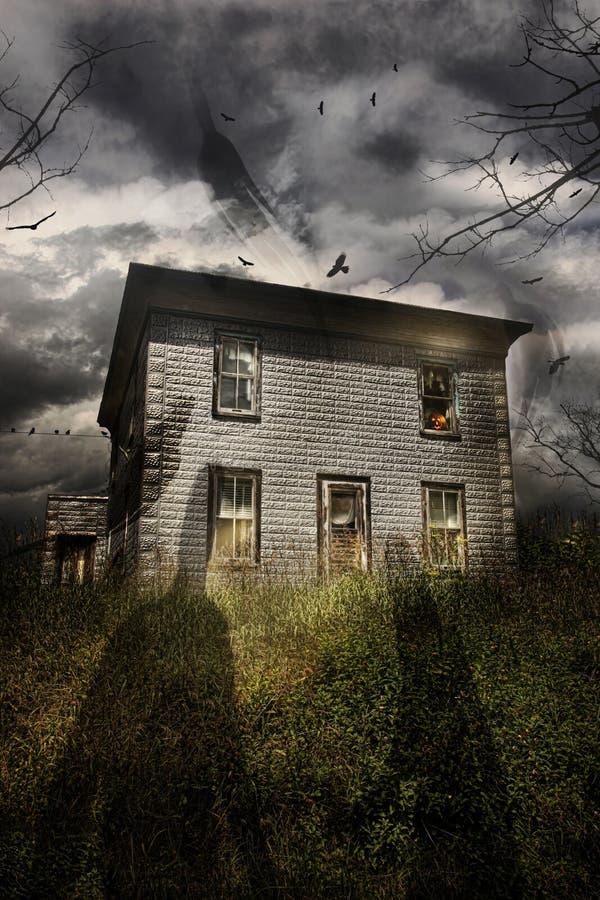 Verlaten huis met vliegende spoken stock fotografie