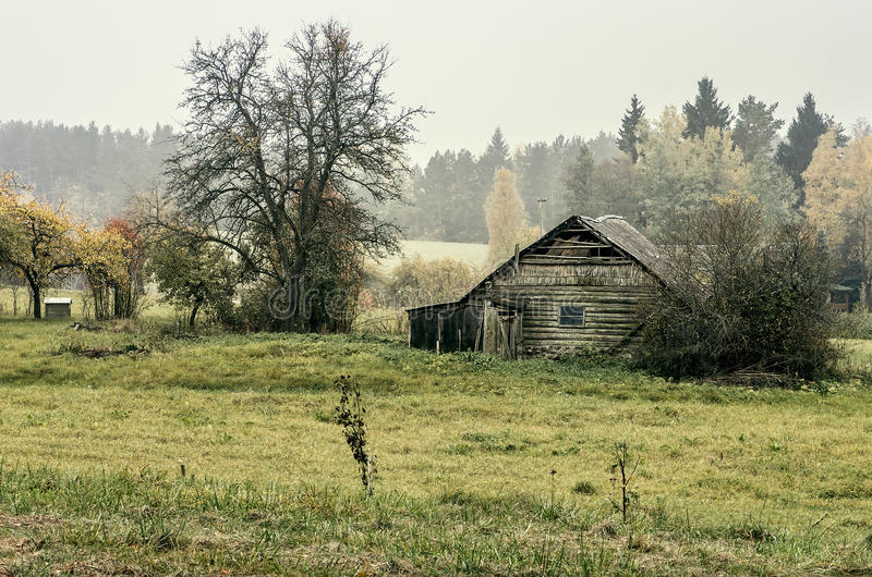 Verlaten huis in platteland stock afbeeldingen