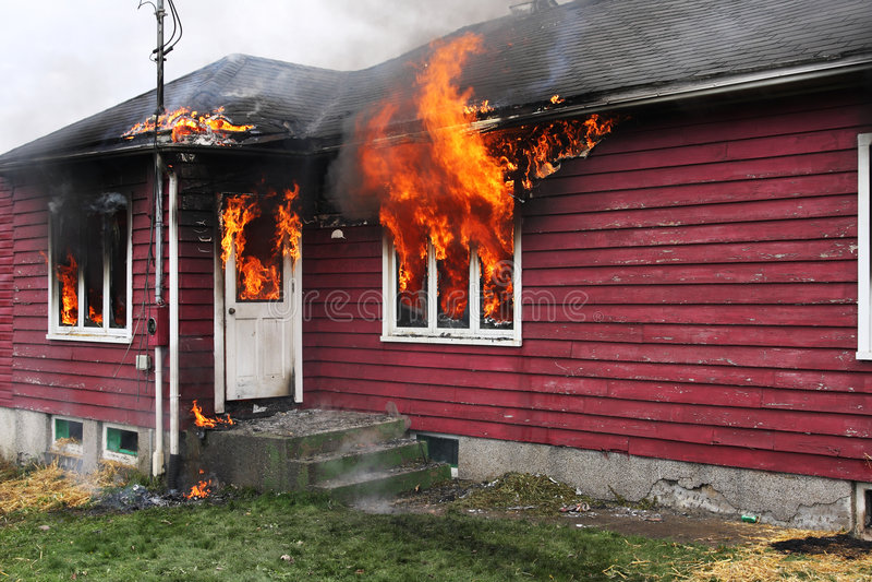 Verlaten Huis in vlam royalty-vrije stock afbeelding