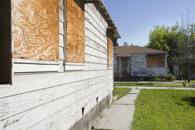 Verlaten Huizen met Ingescheept op Vensters stock afbeelding